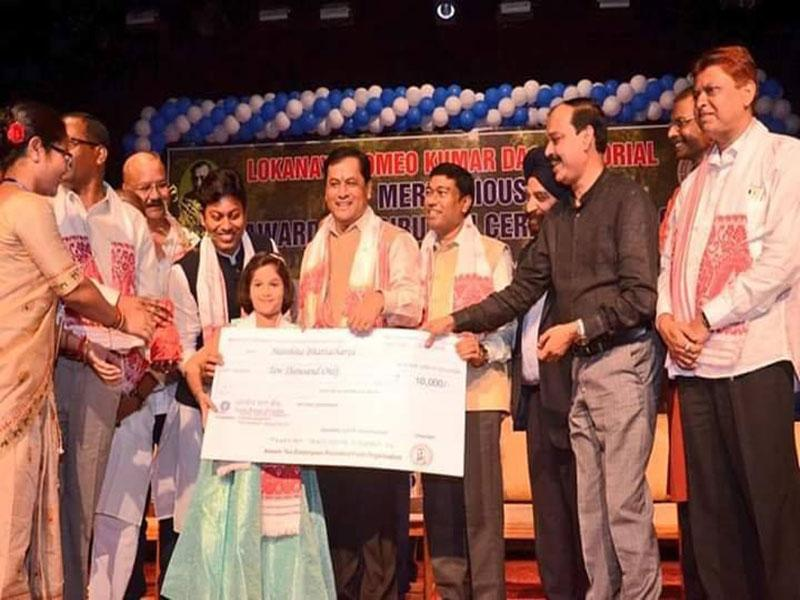 Harshita Bhattacharya, a student of Maharishi Vidya Mandir IV Guwahati was felicitated by the Chief Minister of Assam Sri Sarbananda Sonowal for her extraordinary achievement in the field of singing.